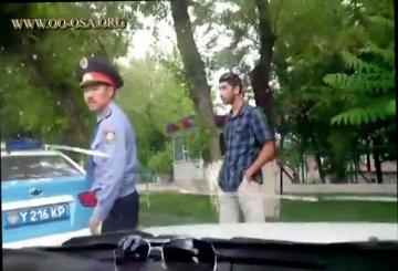 Полицейский в Шымкенте требовал с водителя документы при помощи кулаков