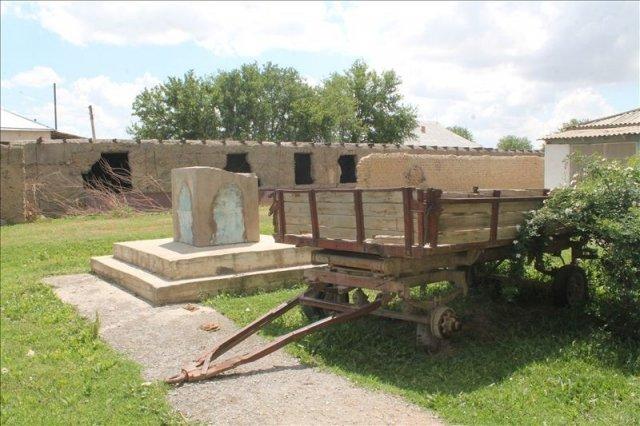 В Старом Икане восстановили памятник Сталину
