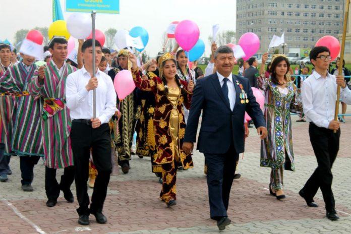 В театрализованном представлении для жителей и гостей Шымкента приняли участие все этнокультурные центры области