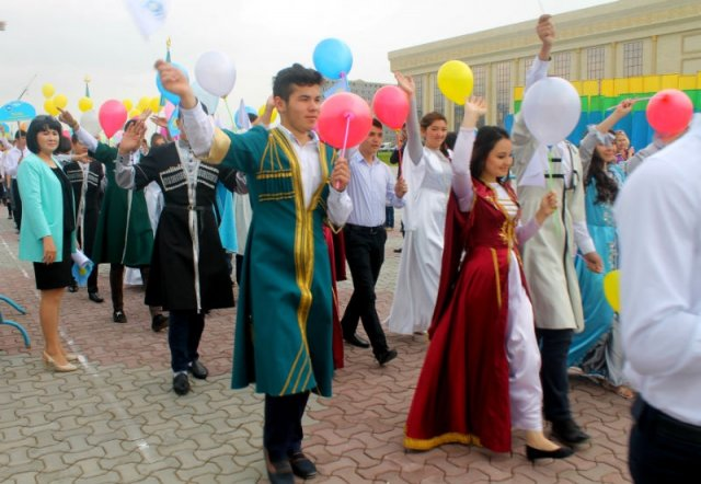 Шымкентцы шли на праздник семьями, по традиции с разноцветными шарами и флажками