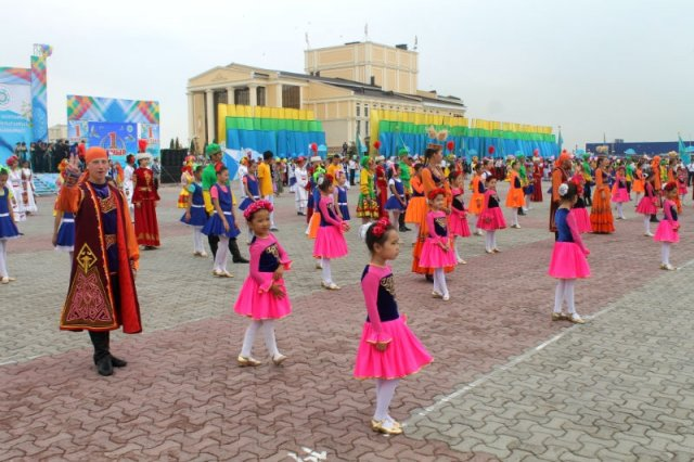 """Танец """"Созвучие культур"""" открывает праздник: символизируя дружбу и согласие многонационального государства"""
