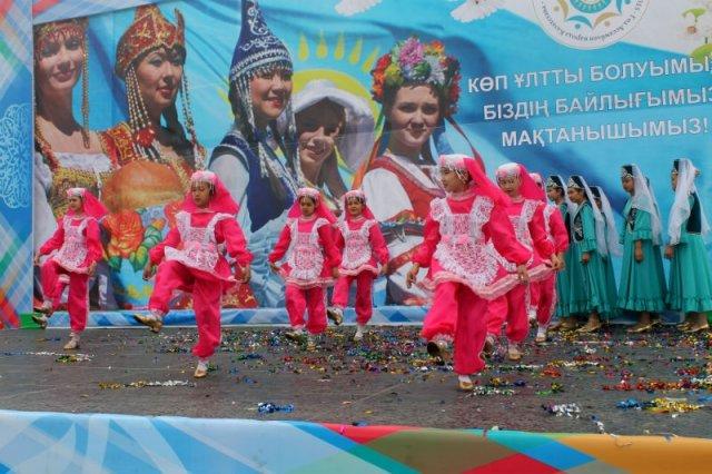 Яркое эффектное выступление символизирует многонациональный Казахстан