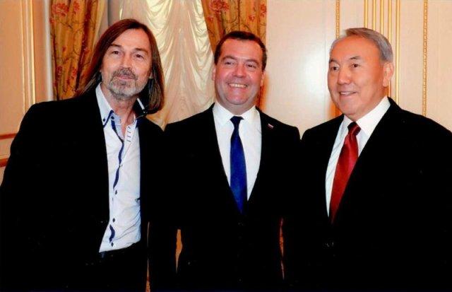 12 декабря 2014 года, Никас Сафронов торжественно вручил портрет Назарбаеву Нурсултану и Медведеву Дмитрию.