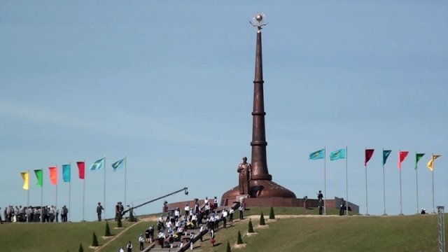 В селе Шарапхана ЮКО открыли необычный памятник