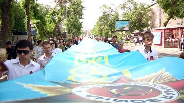 В Шымкенте несут 70-метровую ленту памяти