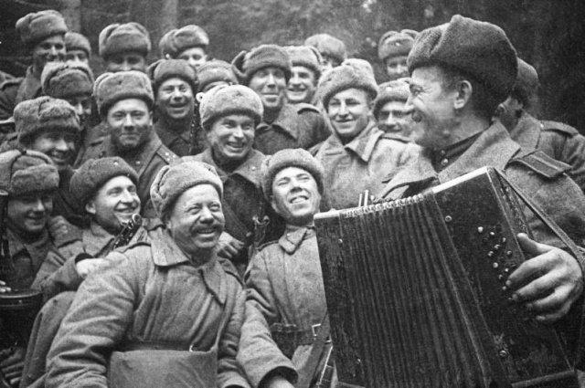 Солдаты пели песни в перерывах между боями