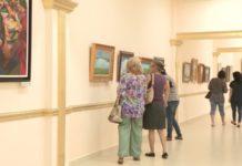 Посетители на выставке картин Никаса Сафронова