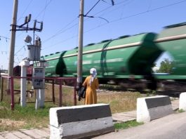 Переходить железнодорожные пути опасно для жизни