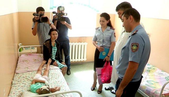 Шымкентские полицейские навестили в больнице пострадавших в ДТП детей