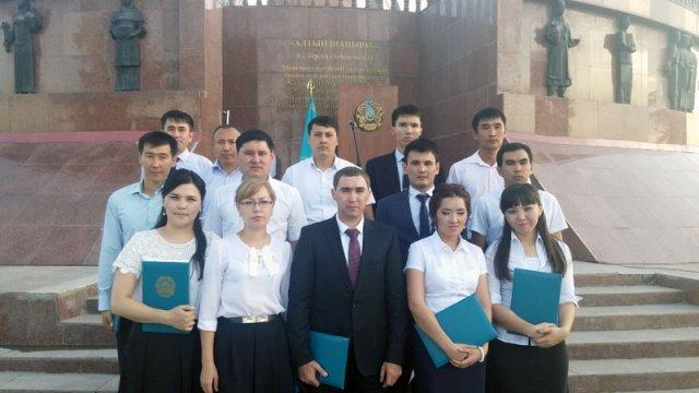 16 молодых специалистов из Шымкента приняли присягу на госслужбу