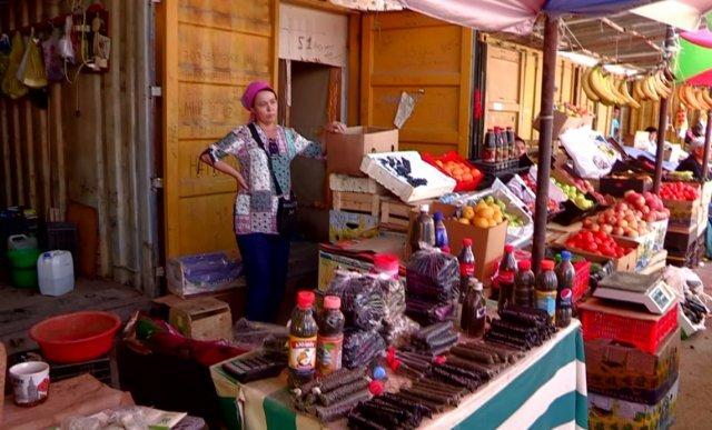 """На рынке """"Алаш"""" на месте  готовили и продавали насвай."""