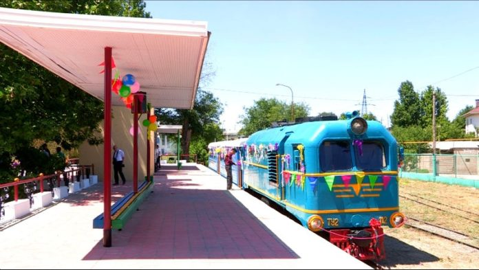 Вагончик тронулся! В день защиты детей шымкентцы смогли прокатиться на детской железной дороги