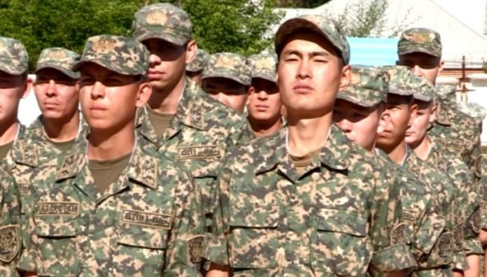 Более 400 военнослужащих закончили службу в армии