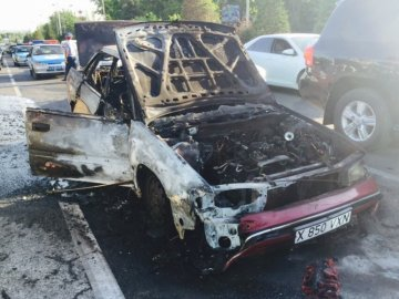 На оживленной автотрассе Шымкента загорелась машина
