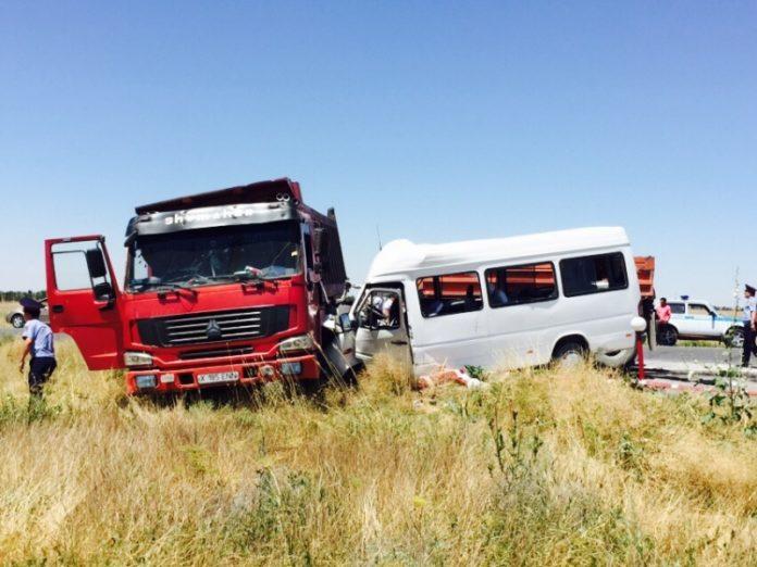 Уже 13 человек погибли в ДТП при столкновении КамАЗа и микроавтобуса