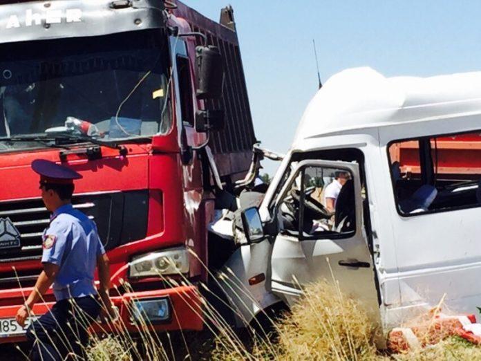 8 человек погибли в ДТП при столкновении КамАЗа и микроавтобуса