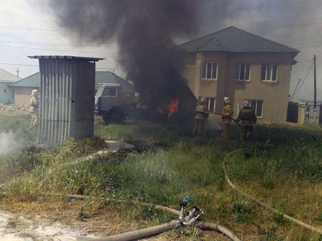 В Шымкенте от мощного удара электрическим током погибли два человека. Горит машина