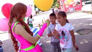 В шымкентских в парках детей угощали мороженым