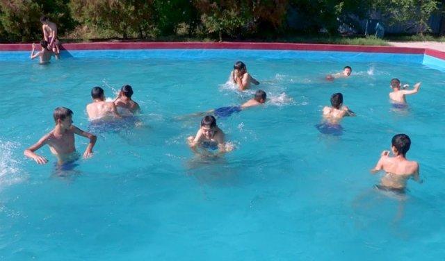 """Аквапарк """"Дельфин"""" посетили юные алматинские футболисты"""