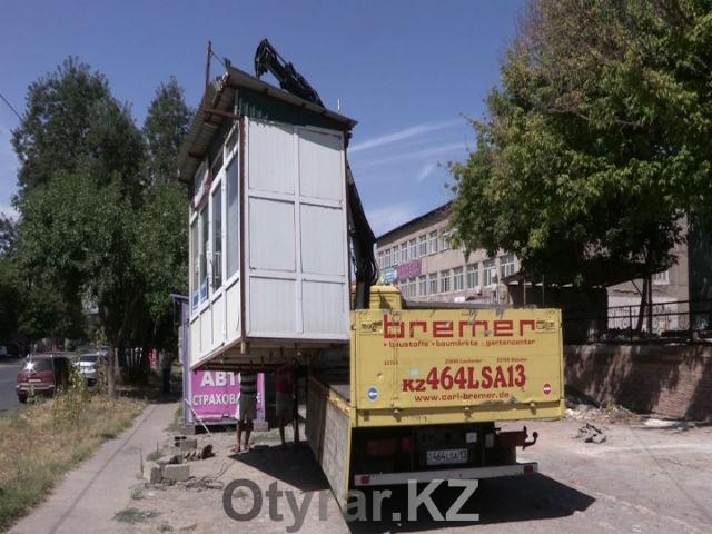 В Шымкенте сносят незаконно работающие ларьки