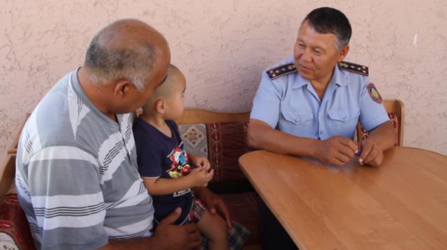 В Шымкенте полицейские спасли ребенка упавшего в выгребную яму туалета