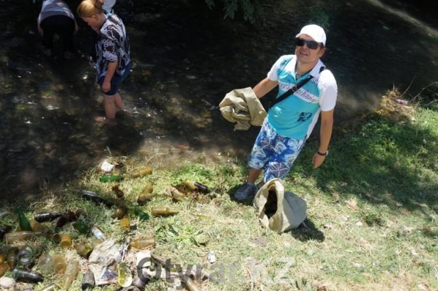 На берега Кошкараты вышли убираться неравнодушные шымкентцы