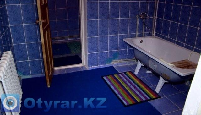 Ванная комната с душем и опорой для инвалидной коляски.