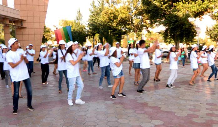 Флешмоб в поддержку отечественных производителей прошел в Шымкенте
