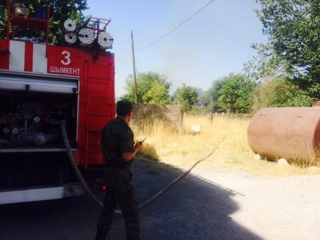 Пожар на старом христианском кладбище Шымкента