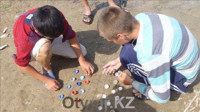 Устроить спортивные соревнования можно с помощью подручных средств. Как вам, например, пляжные шашки?
