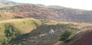 Вода из скалы ушла 11 лет назад, когда по соседству стали разрабатывать карьер…