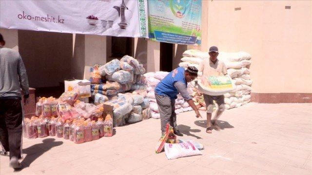 В областной мечети Шымкента раздают продовольстие нуждающимся семьям