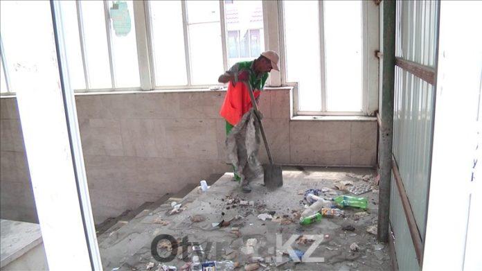 Власти Шымкента взялись за уборку подземных пешеходных переходов