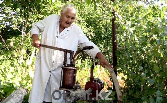 Чтобы утолить жажду в знойную жару жители массива Тогусвынуждены качать воду из скважин