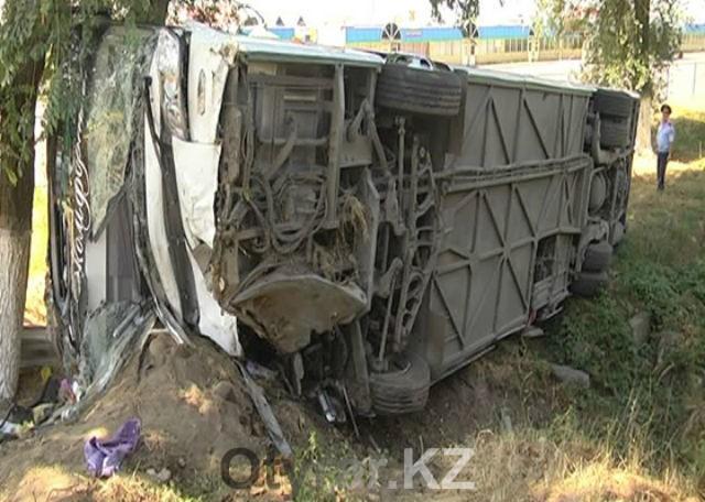 Автобус из Шымкента перевернулся под Алматы