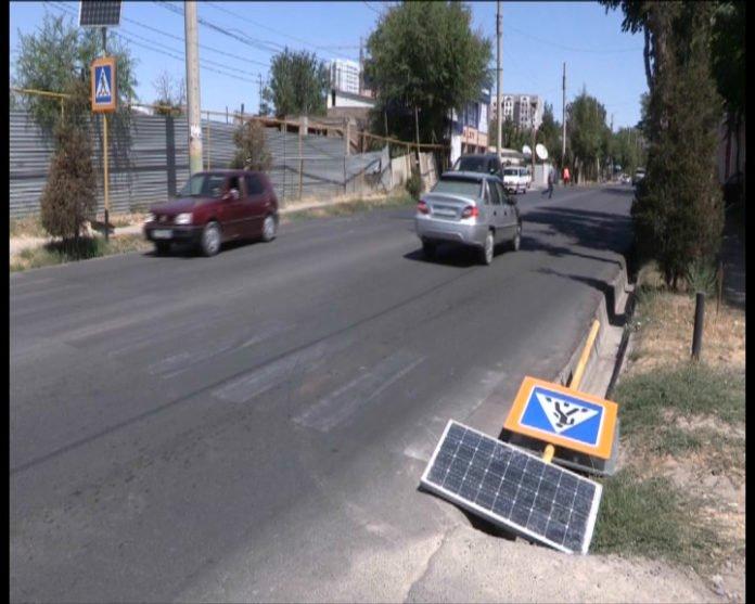В Шымкенте дорожный знак рухнул в арык