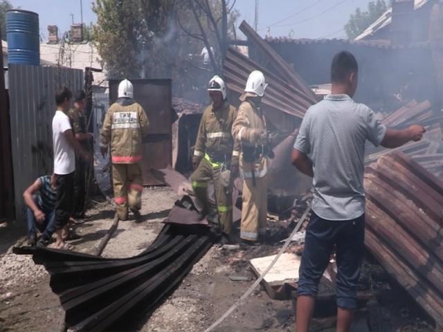Дознаватели устанавливают причины пожара в поселке Чапаевка
