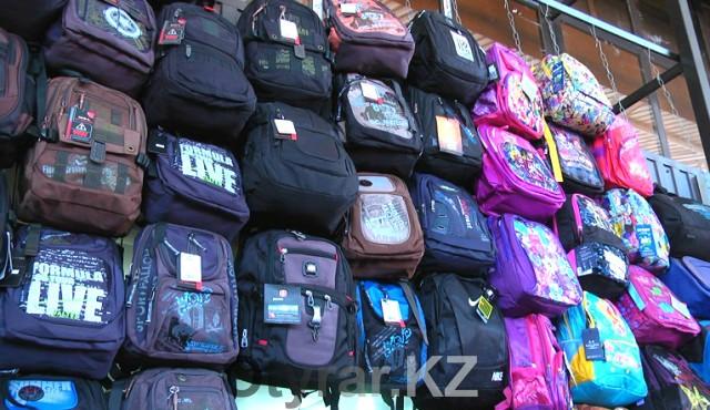 На базарах города появились торговые ряды с канцелярскими товарами и школьной формой
