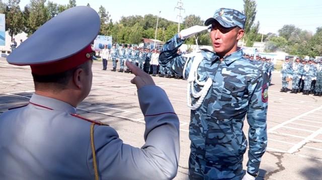 На фото Отегенов Акимхан получает награду за отличие в учебе.