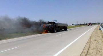 На трассе Шымкент-Туркестан загорелся грузовой автомобиль
