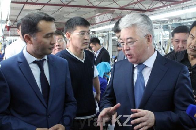 Бейбут Атамкулов и Сапарбек Туякбаев на швейной фабрике Голден Номад