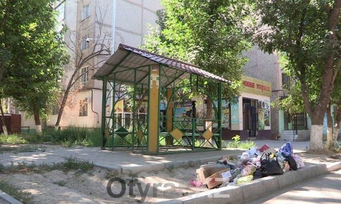 Мусор во дворах многоэтажек Шымкента