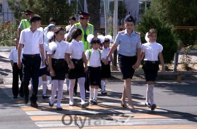 Шымкентские полицейские помогают школьникам безопасно перейти дорогу