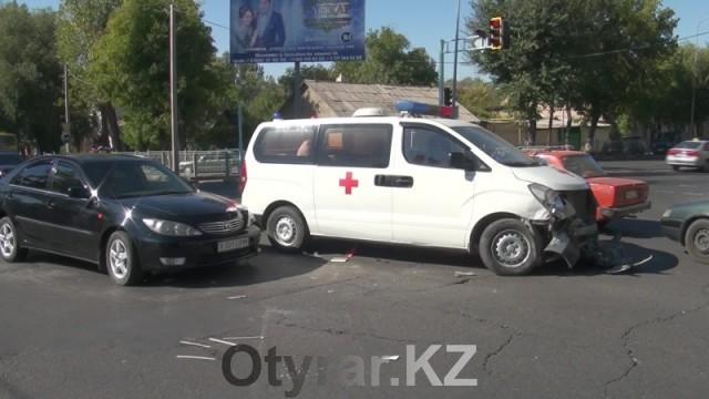 В Шымкенте скорая помощь, перевозившая роженицу из Арыси, попала в ДТП