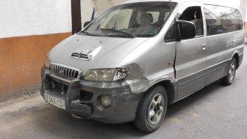 На угнанном у театра оперы минивене угонщик протаранил еще два автомобиля