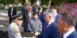 Аким ЮКО Бейбут Атамкулов поздравил пожилых людей с праздником