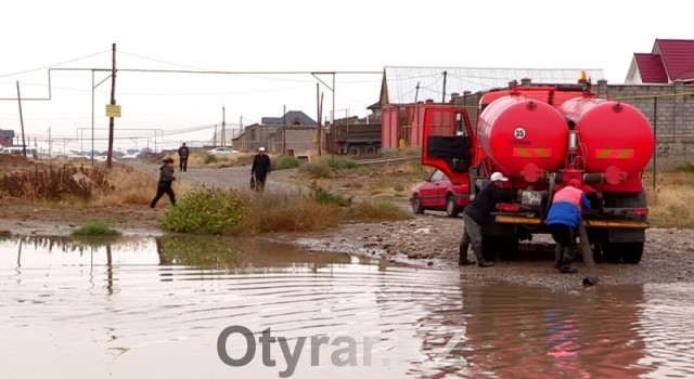 В Шымкенте из-за дождя затопило улицу