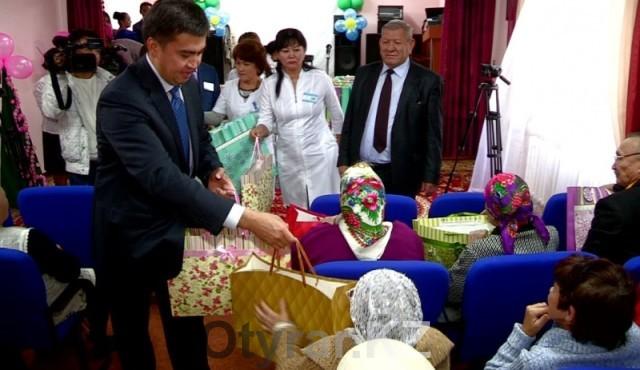 Аким города поздравил постояльцев дома престарелых с Днем города