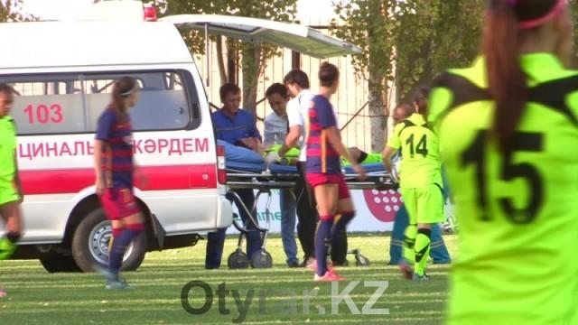 Футболистка команды Биік-Казыгурт потеряла сознание от травмы во время игры с Барселоной