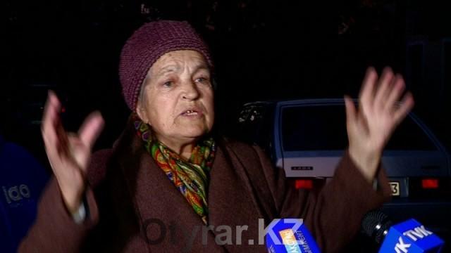 """Людмила Слинько, житель дома: """"Крыша протекает, ходим с тазиками, все разваливается, каждый день плачу""""."""